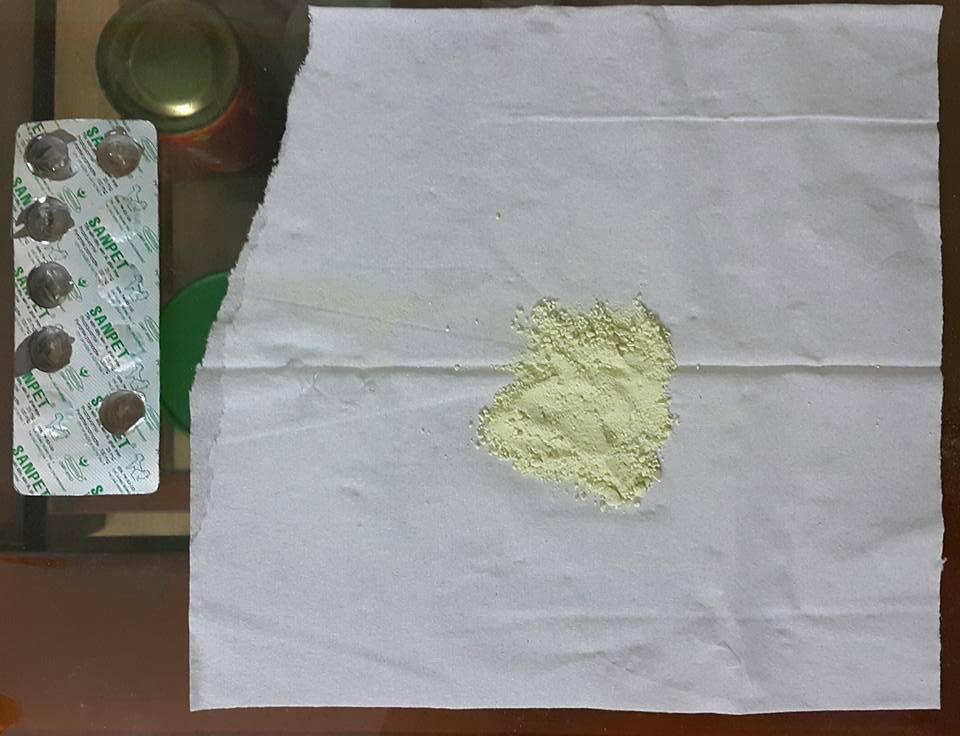 Nghiền thuốc tẩy giun thành bột